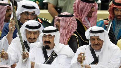 El rey Abdalá, a la izquierda, y su hermano Nayef, sostienen sus espadas en una fiesta tradicional en 2010.