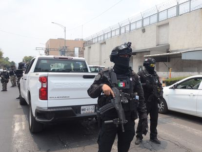 """Policías Federales vigilan este miércoles la llegada de """"el Güero"""" Palma al Centro de Arraigo de Ciudad de México."""