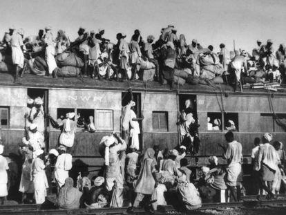 Musulmanes huyen de India a Pakistán tras la independencia en 1947.