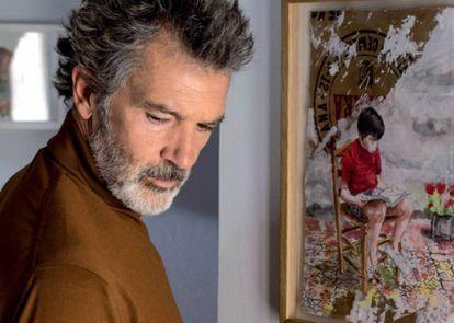 Salvador Mallo (Antonio Banderas) en una escena de 'Dolor y gloria' frente a uno d elos cuadros del apartamento madrileño de Pedro Almodóvar. |