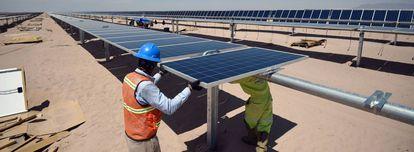 Instalación de una planta de energía solar en el Estado mexicano de Coahuila.