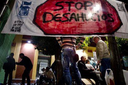 Acampada contra los desahucios ante una sucursal de Ibercaja, en Sevilla, el pasado jueves.