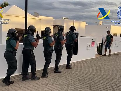 Los agentes de la Guardia Civil, durante la operación antidroga.