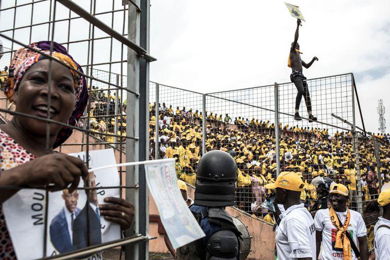 Seguidores del presidente Alpha Condé durante su último mitin de campaña, el pasado viernes 16 de octubre en un estadio de Conakri.