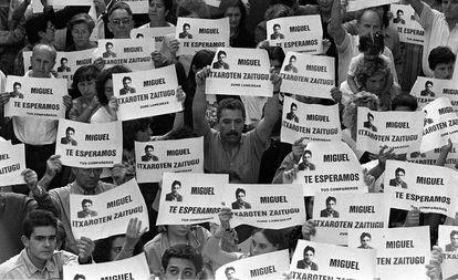 El 11 de julio de 1997 miles de personas se manifiestaron en Ermua (Vizcaya) por Miguel Ángel Blanco, concejal del PP.