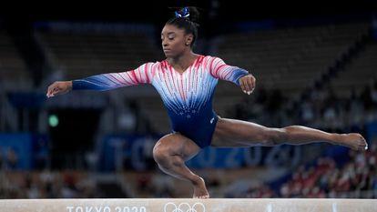 La gimnasta Simone Biles durante su ejercicio en la final de la barra de equilibrios-