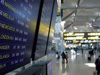 Vista de un panel de información sobre las salidas y llegadas de vuelos al Aeropuerto de Málaga-Costa del Sol, hoy cuando AENA tiene programados 201 vuelos que enlazan el Reino Unido con los distintos aeropuertos españoles