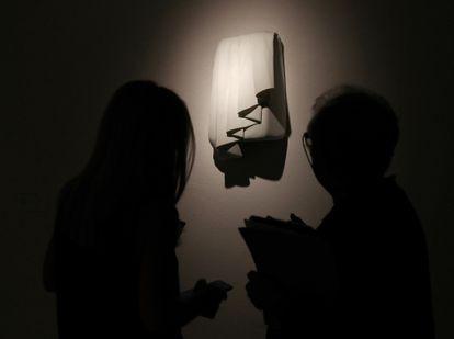 La exposición 'Peninsulares' acoge a una decena de artistas españoles y portugueses en el Museo Nacional de Artes Decorativas de Madrid.