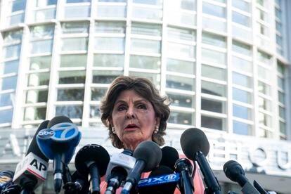 La abogada Gloria Allred, letrada de algunas de las demandantes de Kelly, comparece tras conocerse el veredicto de culpabilidad del cantante el pasado lunes en Nueva York.