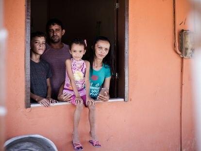 La agricultora Patrícia, su marido y sus dos hijos.