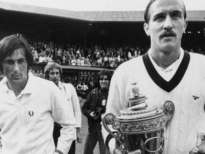 Stan Smith, derecha, con el trofeo de Wimbledon tras la final de 1972 contra Nastase, izquierda.