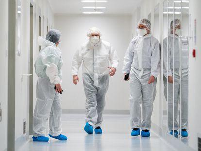 El primer ministro británico, Boris Johnson (en el centro de la imagen), visitó el martes las instalaciones de la compañía AstraZeneca en Macclesfield (Inglaterra).