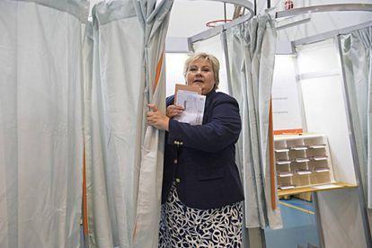 La primera ministra noruega, Erna Solberg, vota en un colegio electoral en Bergen.