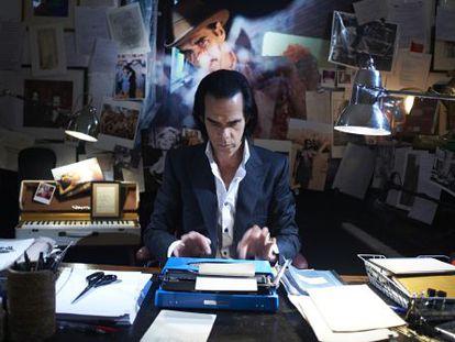 Nick Cave en su despacho en un fotograma del documental '20.000 days on earth'.