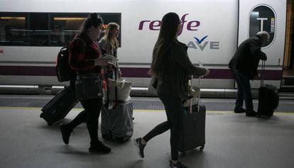 Un tren del AVE en la estación de Sants de Barcelona.
