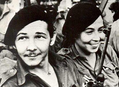 Raúl Castro y su esposa Vilma Espín, en Sierra Maestra en una foto sin fechar.