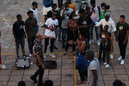 Una treintena de jóvenes se reúne en la batalla de gallos del Malecón de Quibdó, a finales de julio.
