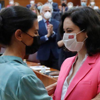 Rocío Monasterio (izquierda) felicita a Isabel Díaz Ayuso tras ser investida presidenta de la Comunidad de Madrid.