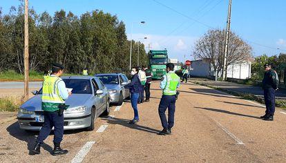 Control fronterizo de la policía portuguesa en Caia, en la tarde del domingo.