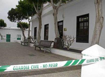 El Ayuntamiento de Yaiza (Lanzarote), acordonado por la Guardia Civil