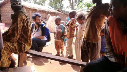 Javier Armas, junto a un grupo de niños refugiados en el campo de Lolo (Camerún).