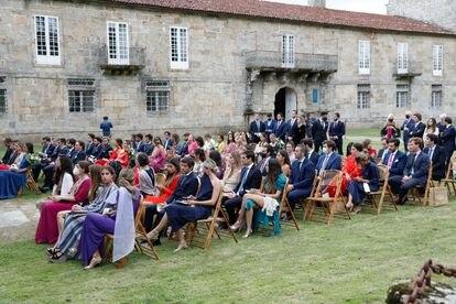 Muchos de los invitados al enlace de Marcos Juncadella Hohenlohe y Lucía Bárcenas presenciaron la ceremonia en la explanada frente a la iglesia.