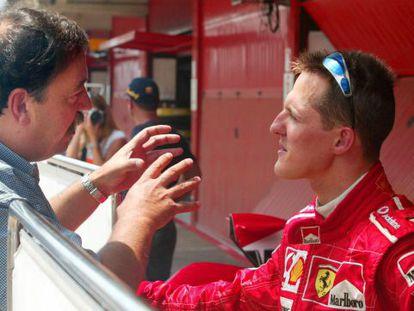 Villadelprat conversa con Schumacher, en 2004.