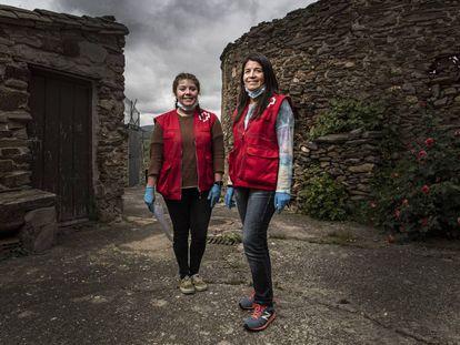 Las voluntarias de la Cruz Roja Sofía Silva (izquierda) y su madre, Paula Garrido, en Madarcos (Madrid).