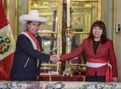 Pedro Castillo saludaba a la nueva primera ministra de Perú, Mirtha Vasquez, en la ceremonia de investidura, el pasado día 6, en Lima.