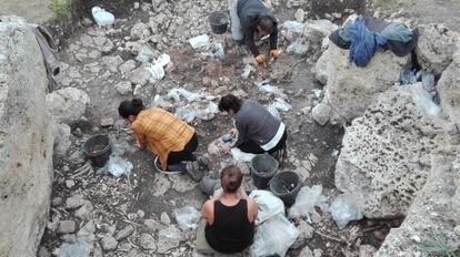 Arqueólogos excavando el lugar de enterramiento de 65 individuos en el dolmen de El Pendón, en Reinoso.