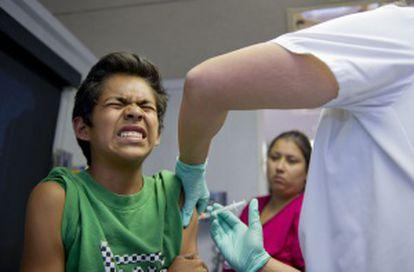 Un niño recibe la vacuna contra la enfermedad de la varicela.