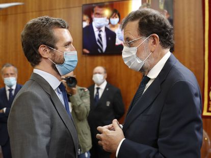 El presidente del PP Pablo Casado, y el expresidente Mariano Rajoy, tras la ceremonia de toma de posesión de Feijóo en el Parlamento gallego.