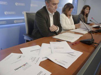 En primer plano, ejemplares de la unidad didáctica sobre la historia reciente de Euskadi.