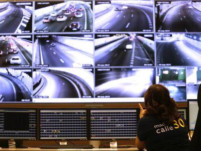 Sala de control de pantallas de Madrid calle 30, hoy durante las restricciones de velocidad por contaminación.