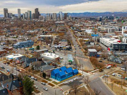 El solar que antes ocupaba una sola casa a las afueras de Denver ahora lo comparten varias viviendas diseñadas por el estudio mexicano Productora.