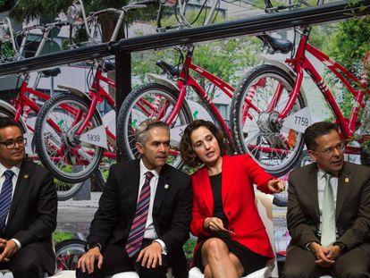 Miguel Ángel Mancera, jefe de Gobierno de Ciudad de México, y Tanya Müller, secretaria de Medio Ambiente, este lunes.
