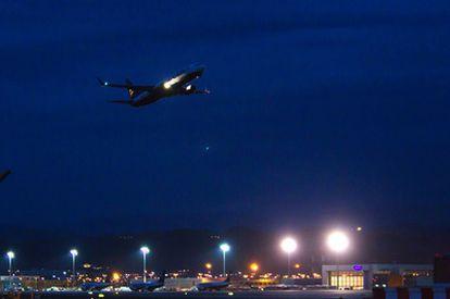El primer avión que despega del aeropuerto de Málaga.