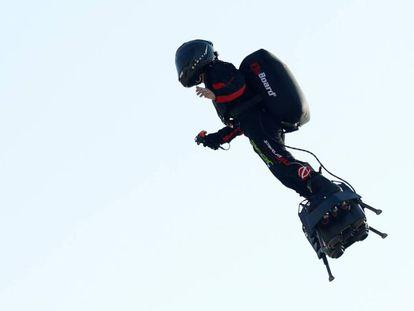 Franky Zapata, en el aire. En vídeo, el momento del despegue.