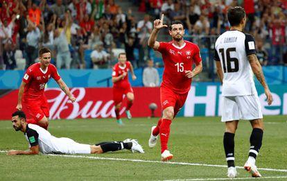 El centrocampista suizo Dzemaili celebra su gol a Costa Rica
