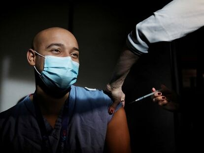 Un médico recibe una dosis de la vacuna de Pfizer/BioNTech en el Hospital General de Massachusetts, en Boston (EE UU), este miércoles.