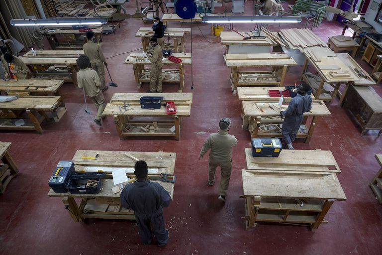Taller de carpintería en la Unidad de Formación e Inserción Laboral (Ufil) Puerta Bonita de Carabanchel.