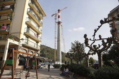 Imagen de la chimenea de la central térmica de Pasaia vista desde las calles de Lezo.