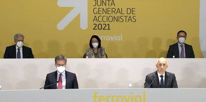 Junta General de Accionistas de Ferrovial 2021, con Rafael del Pino en primera fila a la derecha.