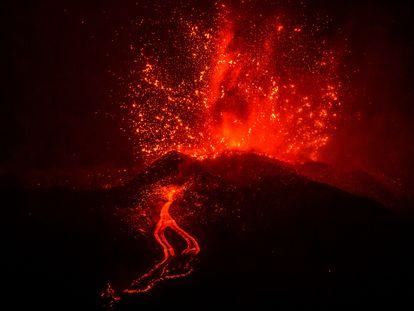 El volcán de Cabeza de Vaca, durante su erupción este martes.
