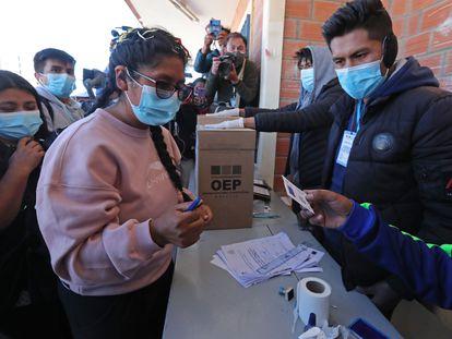 La expresidenta de la Cámara de Senadores Eva Copa, candidata a la Alcaldia de El Alto por la agrupación política Jallalla La Paz, emite su voto este domingo, en El Alto.