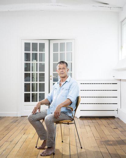 Emmanuel Carrère, ayer en su casa de París tras el anuncio de galardón.
