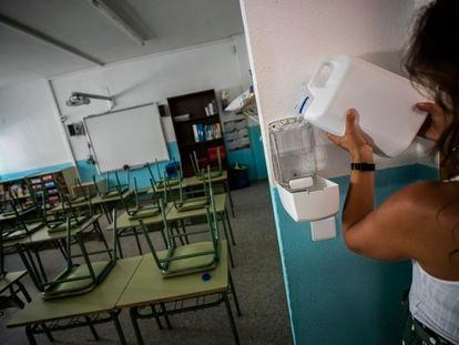 Preparación ante el inicio de clases con medidas para evitar los contagios por la covid-19 en un colegio público de Madrid.