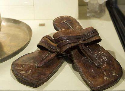 Las desgastada desgastadas sandalias de Mahatma Gandhi.