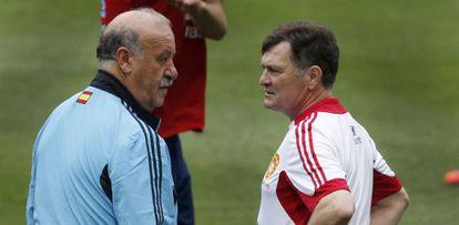 Vicente del Bosque charla con José Antonio Camacho, seleccionador de China, durante un entrenamiento en La Cartuja.