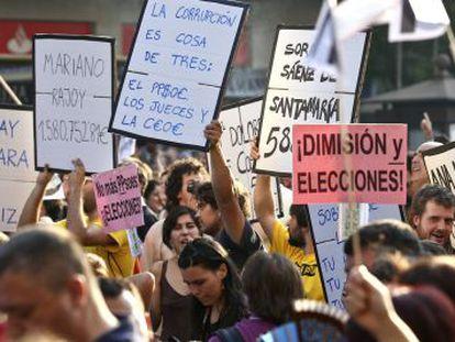 Manifestación de indignados frente a la sede del PP en la calle Génova.